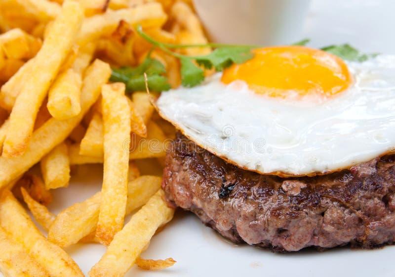 Steakrindfleischfleisch und -ei lizenzfreie stockfotografie
