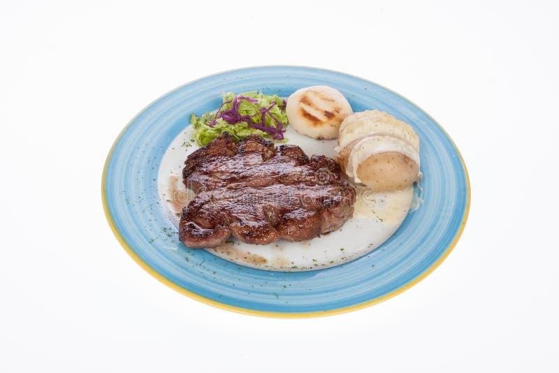 Steakroastbeef mit gedämpften Kartoffeln stockfotos
