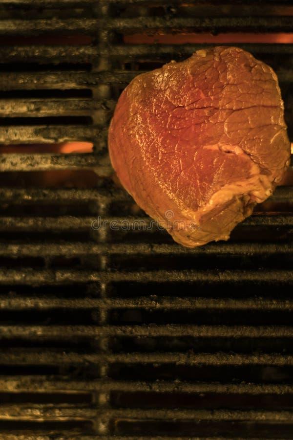 Steaks auf einem Feuergrill stockfotos
