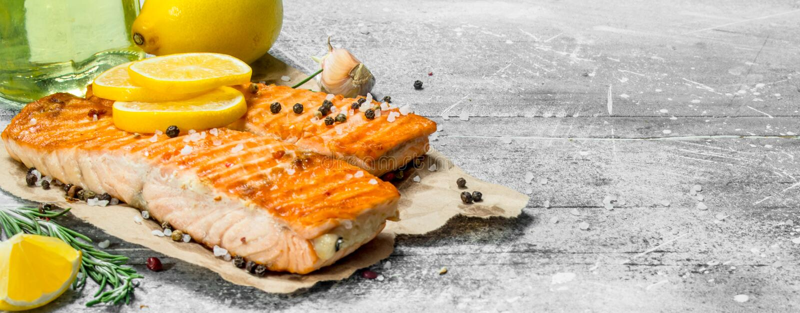 Steaks grillten Lachs mit Zitrone lizenzfreie stockfotos