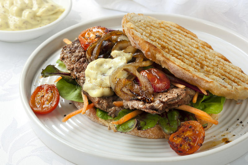 Steaksmörgås arkivbild