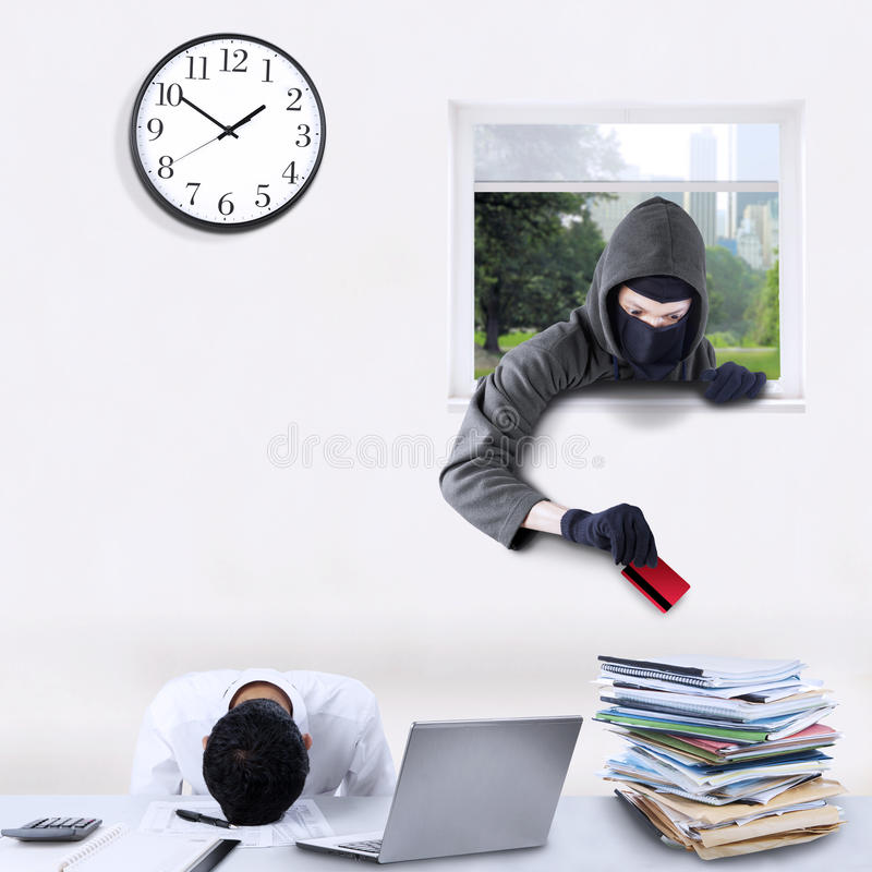 Stealing πιστωτική κάρτα διαρρηκτών στην αρχή στοκ φωτογραφίες