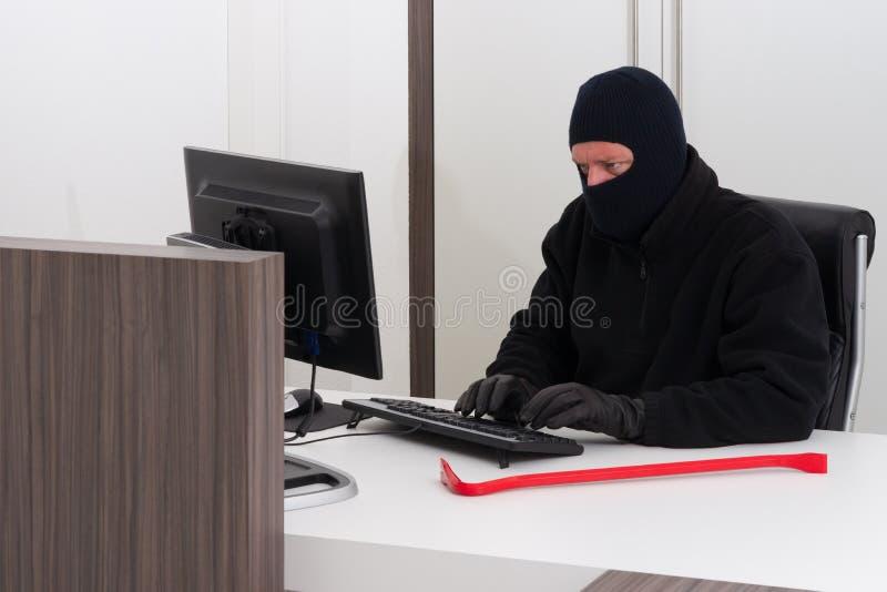 Stealing πληροφορίες επιχείρησης κλεφτών στοκ εικόνες