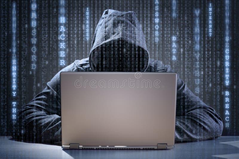 Stealing στοιχεία χάκερ υπολογιστών από ένα lap-top στοκ φωτογραφίες με δικαίωμα ελεύθερης χρήσης