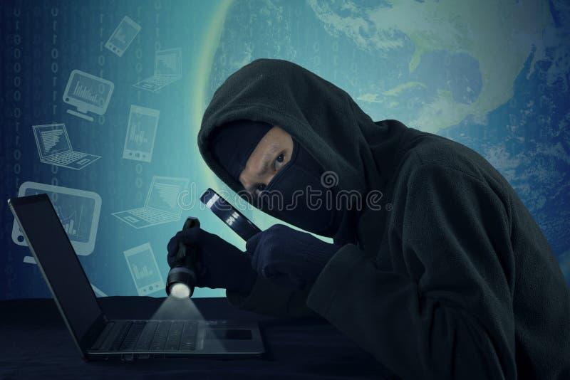Stealing στοιχεία χρηστών διαρρηκτών όσον αφορά το lap-top στοκ φωτογραφίες