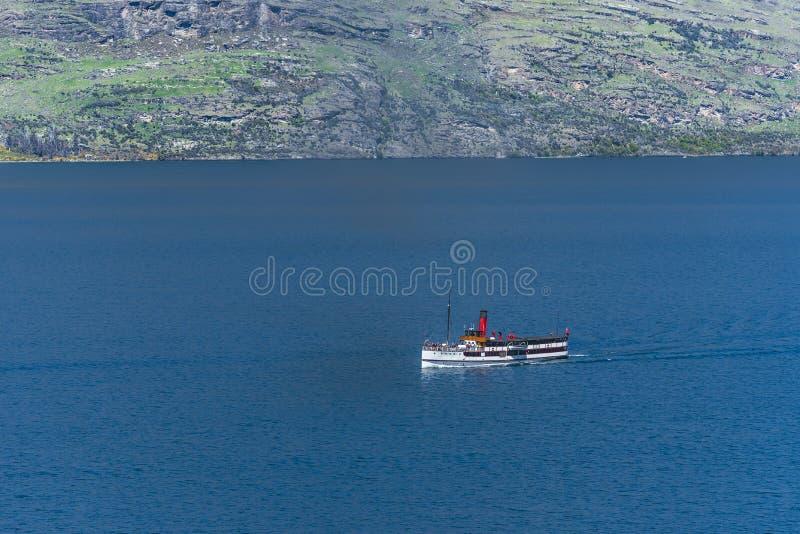 Steamboat żegluje na jeziornym Wakatipu, Queenstown, Nowa Zelandia Odbitkowa przestrze? dla teksta zdjęcie stock