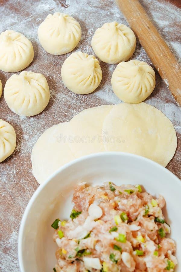 Steambun, dampfgedämpfte Bun-Haut und frisches Fleisch-Füllung auf der Gemüsepappe lizenzfreies stockbild