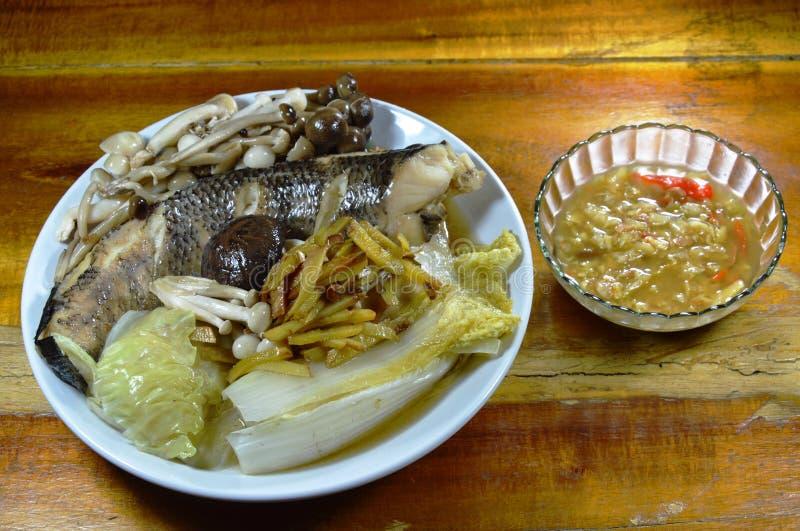 Steamed rayó los pescados principales de la serpiente con la seta y el jengibre de la rebanada que sumergían la salsa picante de  foto de archivo