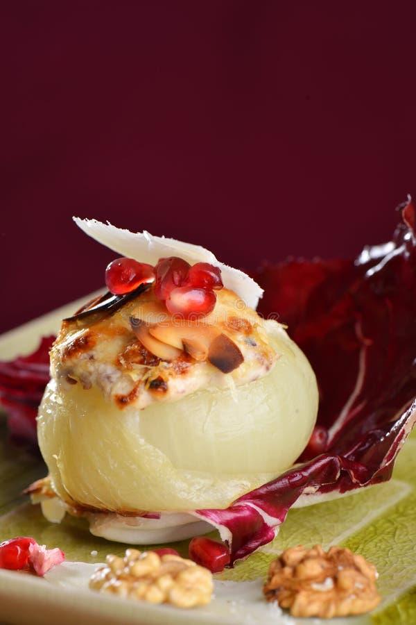 Steamed rellenó cebollas con queso de cabra imagen de archivo libre de regalías