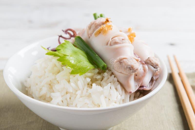 Steamed rellenó el calamar y el cerdo y coció el arroz al vapor foto de archivo libre de regalías