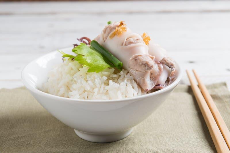 Steamed rellenó el calamar y el cerdo y coció el arroz al vapor imágenes de archivo libres de regalías