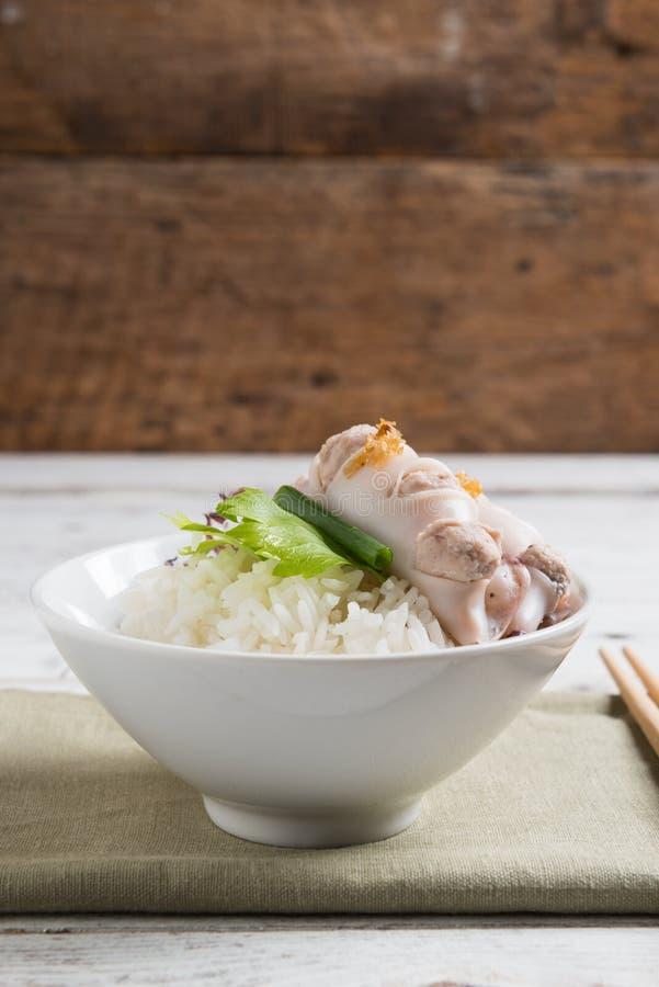Steamed rellenó el calamar y el cerdo y coció el arroz al vapor imagenes de archivo