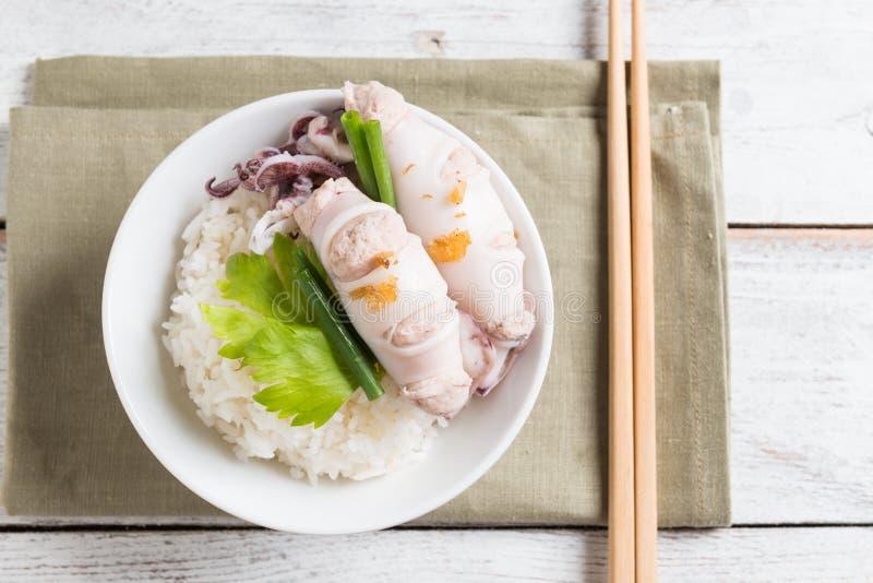 Steamed rellenó el calamar y el cerdo y coció el arroz al vapor foto de archivo