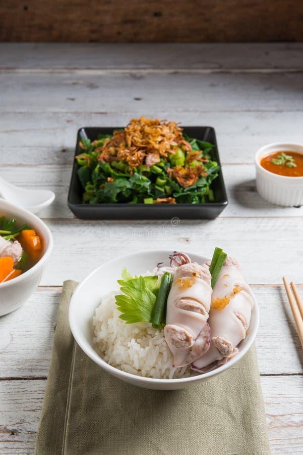 Steamed rellenó el calamar y el cerdo y coció el arroz al vapor, cocido al vapor mañana imagen de archivo