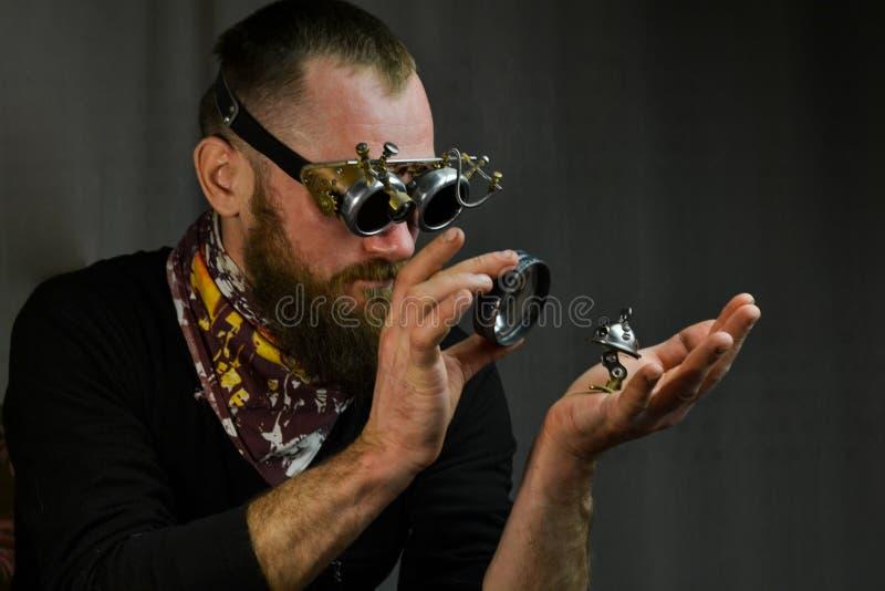 Steampunk人佩带的玻璃 库存图片