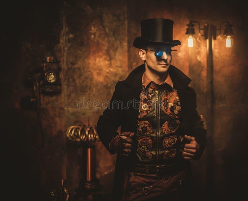 steampunk人画象有各种各样的机械设备的在葡萄酒steampunk背景 免版税库存照片