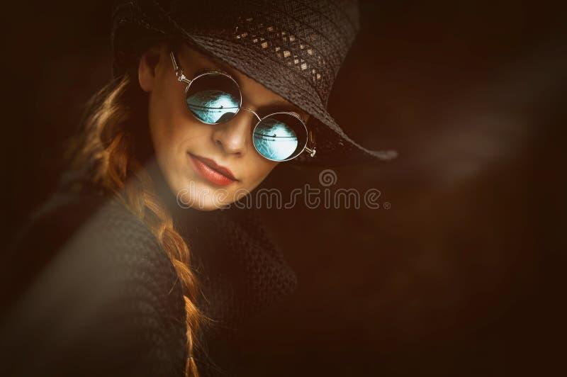 steampunk圆的玻璃的年轻秀丽妇女 免版税库存图片