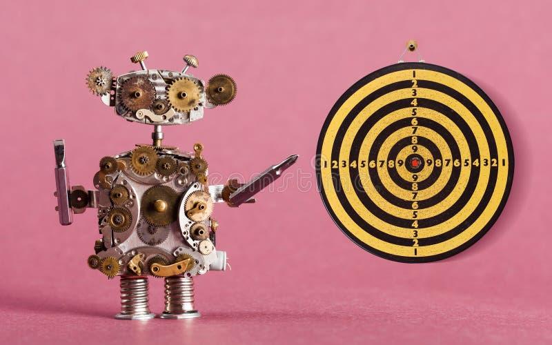 Steampunk有螺丝司机和飞镖的,葡萄酒黄色黑射击目标红色中心机器人杂物工 桃红色 免版税图库摄影