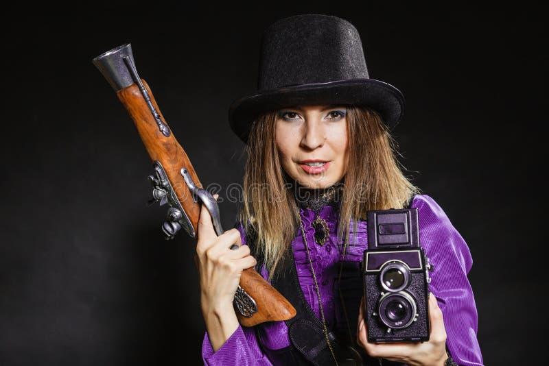 Steampunk с старыми ретро камерой и пистолетом стоковые изображения