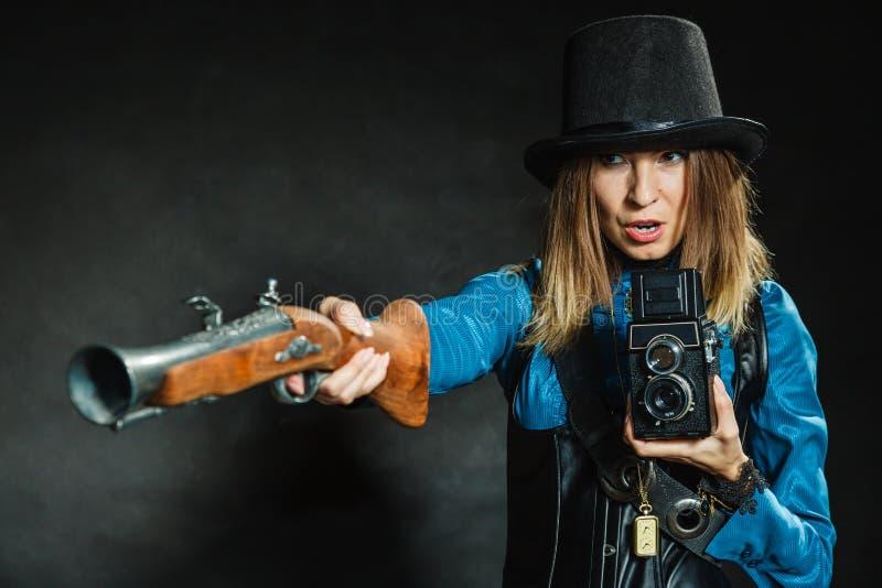 Steampunk с старыми ретро камерой и пистолетом стоковые изображения rf