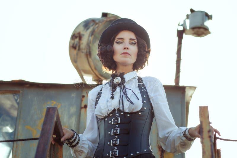 Steampunk da mulher em um espartilho fotografia de stock royalty free