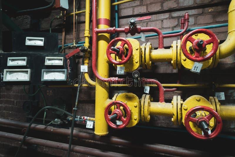 Steampunk do vintage do fundo das tubulações de vapor e do calibre de pressão fotografia de stock