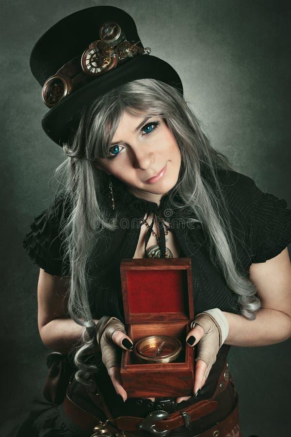 Steampunk-Frau mit altem Kompass lizenzfreie stockbilder
