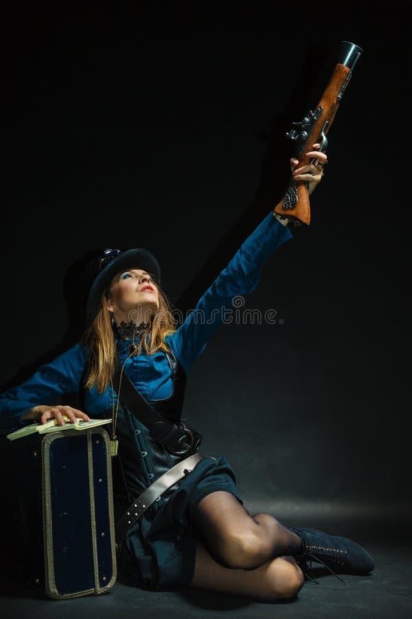 Steampunk-Mädchen bewaffnet und gefährlich stockfotografie