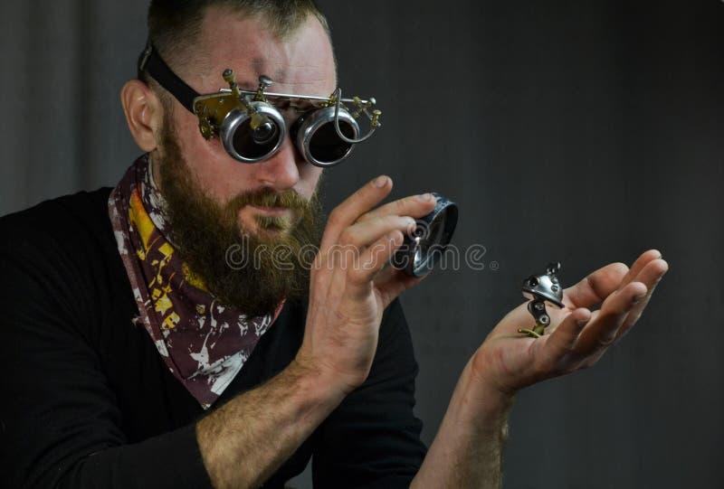 Steampunk mężczyzna jest ubranym szkła obraz stock