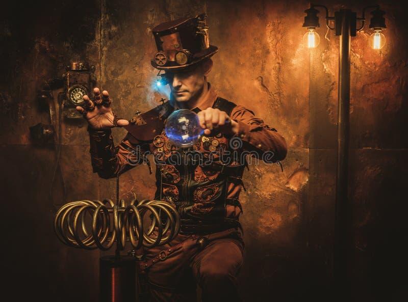 Steampunk mężczyzna z Tesla zwitką na rocznika steampunk tle fotografia royalty free