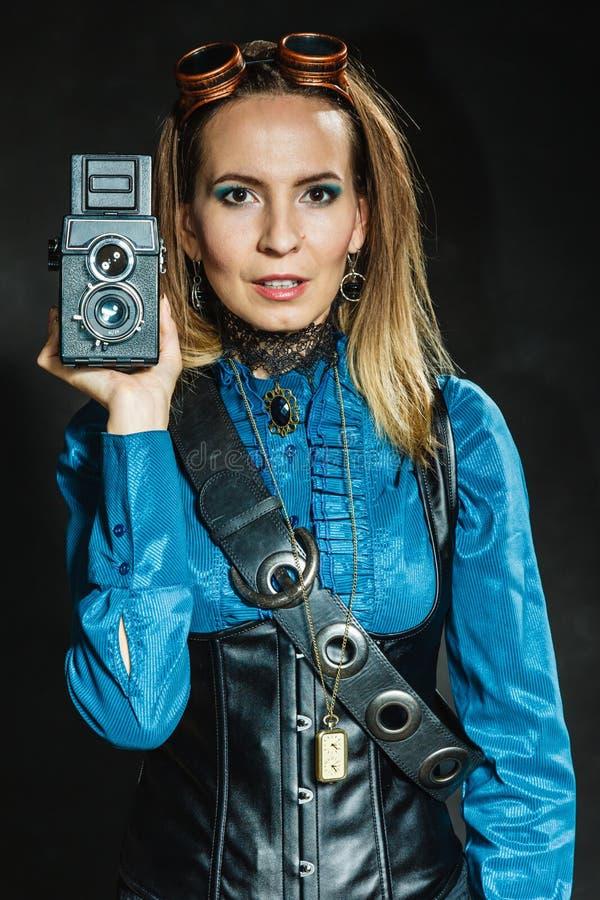 Steampunk mit alter Retro- Kamera stockfotografie