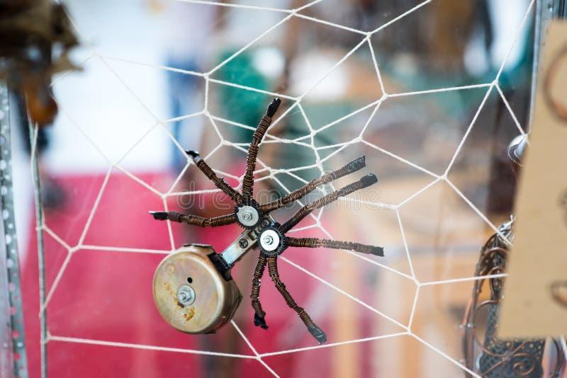 Steampunk-Spinne Chrome und Bronzeteile Auf Spinnennetz lizenzfreie stockfotos