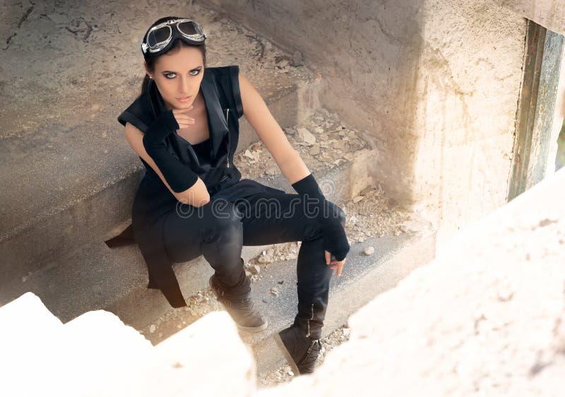 Steampunk Vrouwelijke Strijder in Post Apocalyptisch Scenario stock fotografie