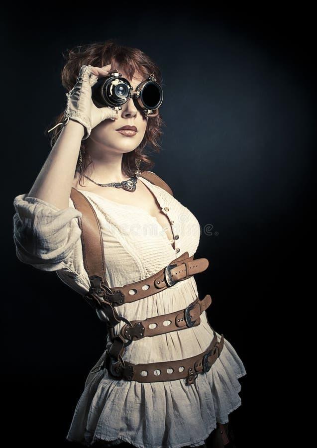 Steampunkvrouw die over haar beschermende brillen kijken royalty-vrije stock foto