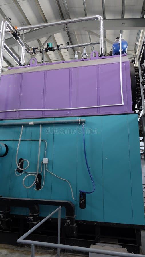 Steamshop με το νέο εξοπλισμό Παραγωγή της θερμικής ενέργειας με το κάψιμο των ξύλινων αποβλήτων στοκ φωτογραφίες