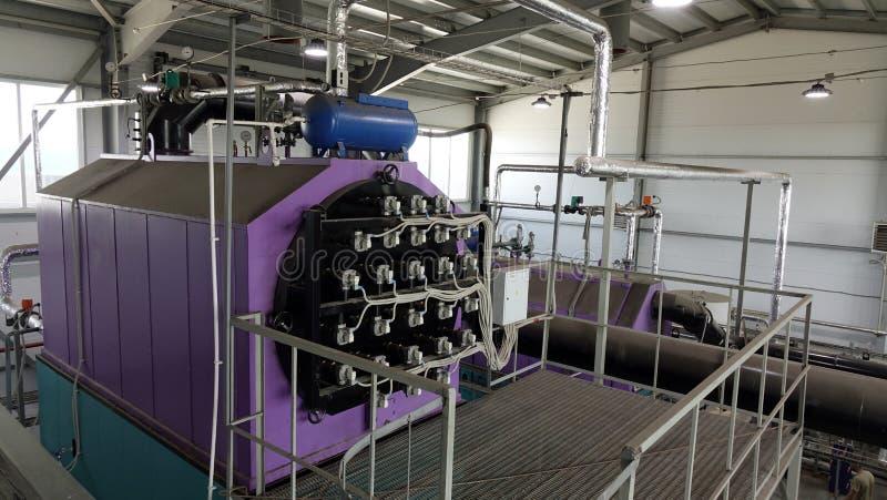 Steamshop με το νέο εξοπλισμό Παραγωγή της θερμικής ενέργειας με το κάψιμο των ξύλινων αποβλήτων στοκ εικόνες με δικαίωμα ελεύθερης χρήσης