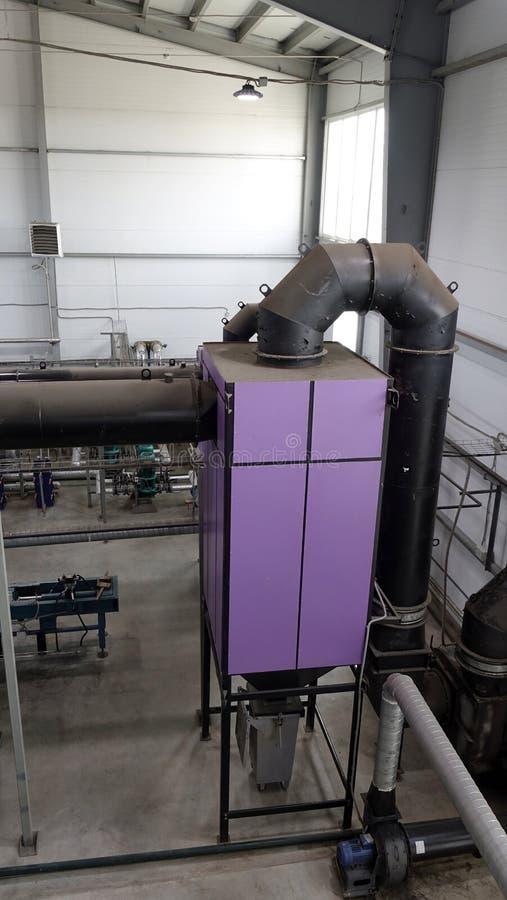 Steamshop με το νέο εξοπλισμό Παραγωγή της θερμικής ενέργειας με το κάψιμο των ξύλινων αποβλήτων στοκ εικόνες