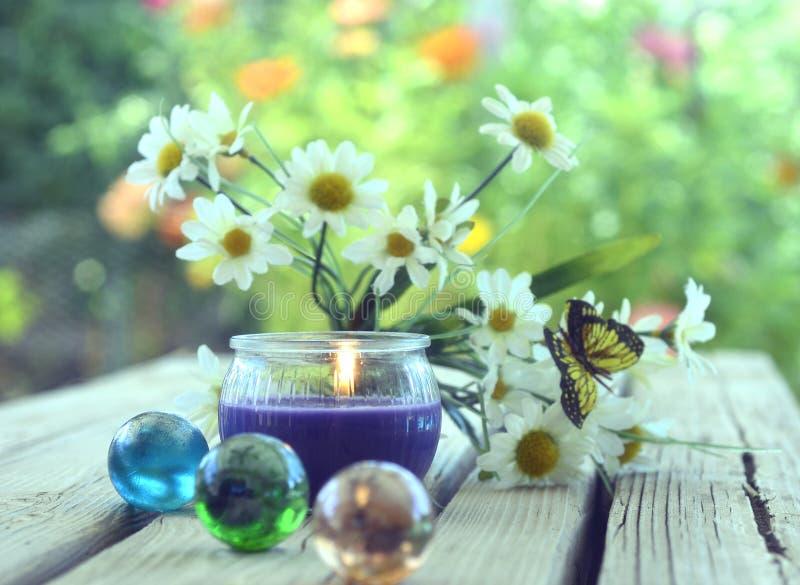 stearinljus blommabrunnsort arkivbilder