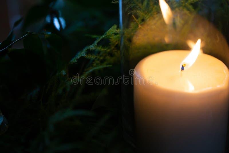 Stearinljus bredvid sidor med reflexion arkivfoton