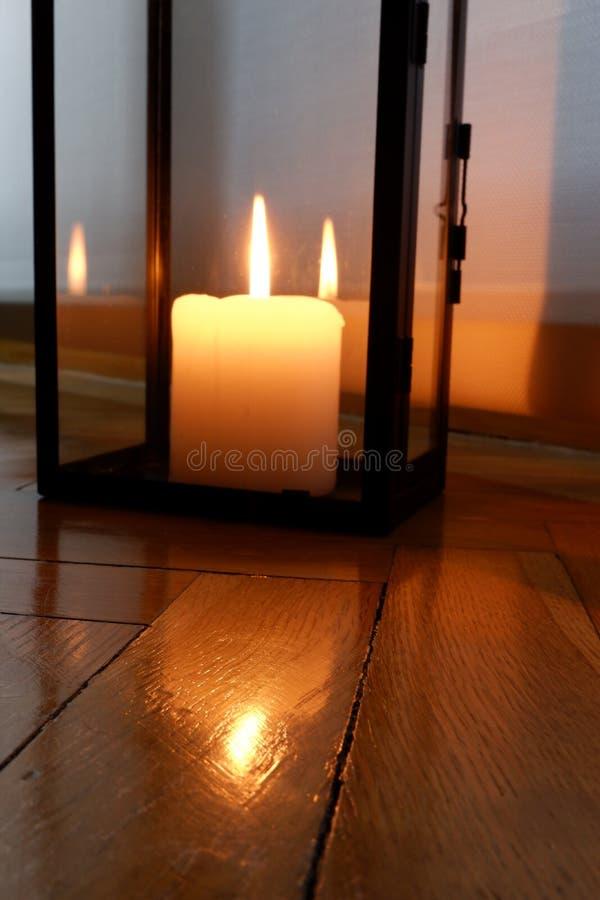 Stearinljus för en varm belysning royaltyfri foto