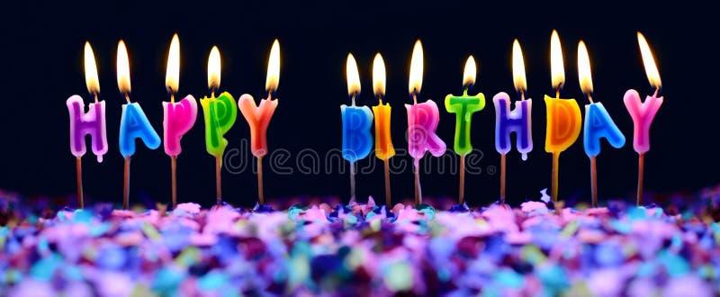 Stearinljus för lycklig födelsedag och isolerade partikonfettier arkivbilder