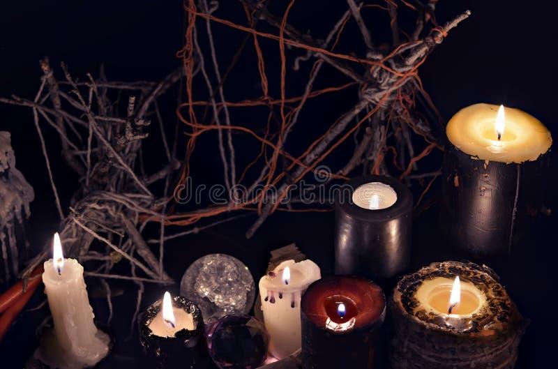 Stearinljus för svart magi mot ond bakgrund royaltyfria foton