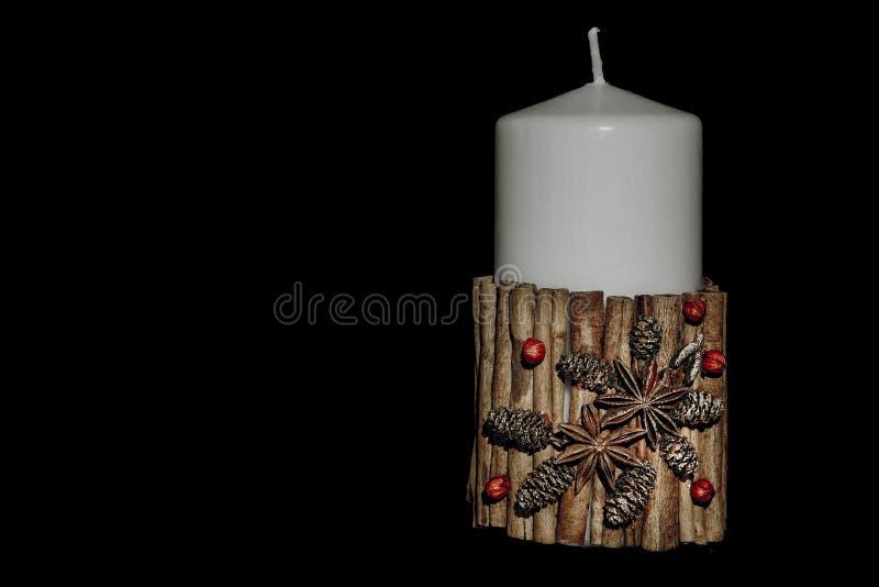 Stearinljus för vit jul med decoraton som isoleras på svart arkivfoton