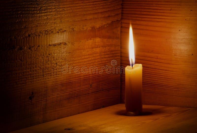 Stearinljus flamma, trä arkivfoto