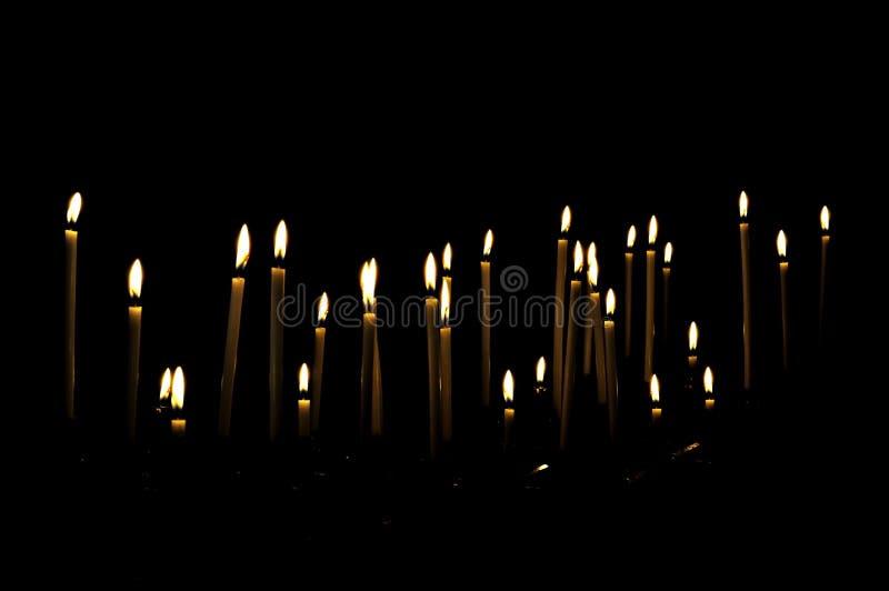 Stearinljus i darken arkivfoton