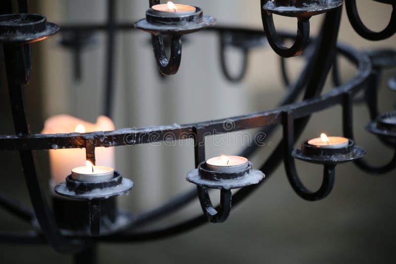 Stearinljus i den Hallgrimskirkja kyrkan, Reykjavik, Island arkivbilder