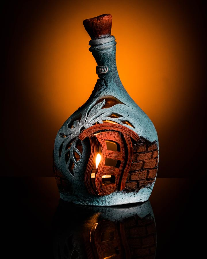 Stearinljus i en flaska fotografering för bildbyråer