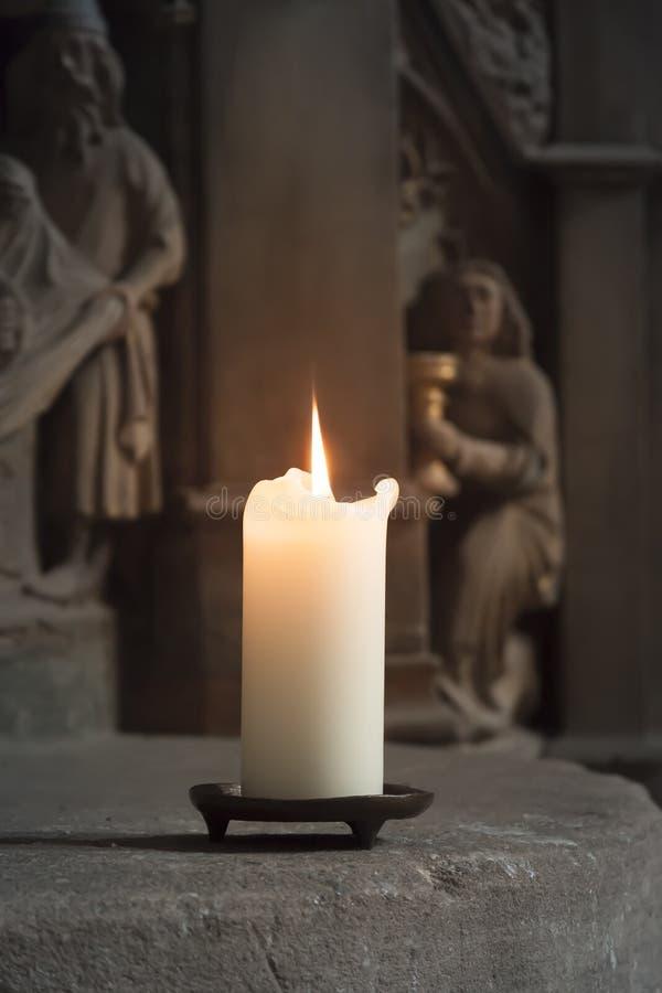 Stearinljus i en kyrka royaltyfri bild