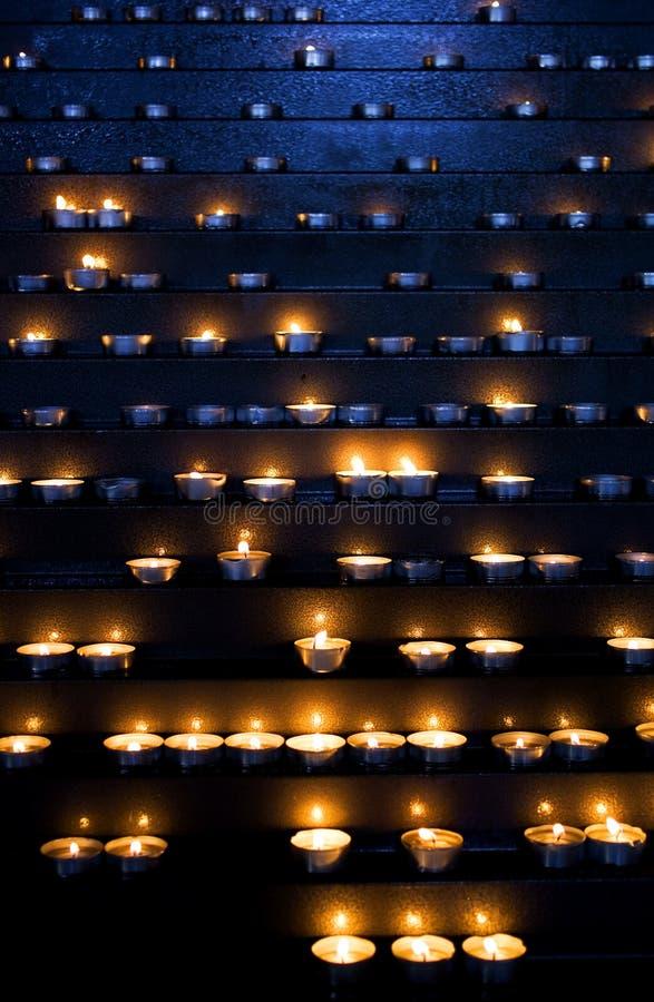 Stearinljus i en kyrka arkivfoton