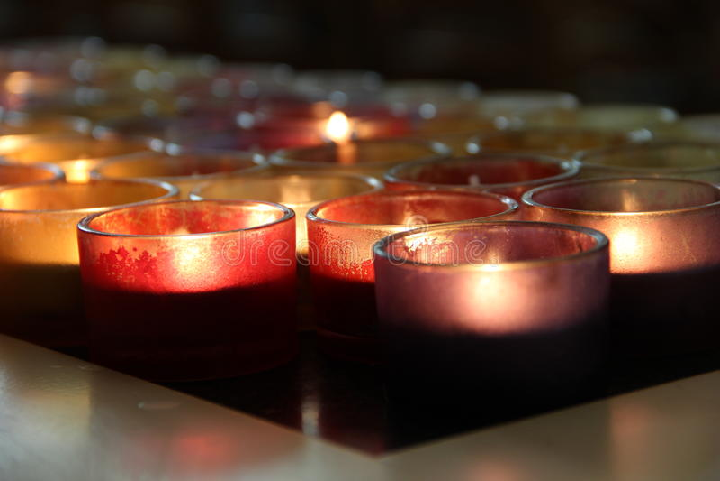 Stearinljus i en kyrka royaltyfria foton